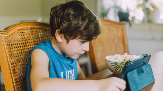 Dziecko spędzające czas z tabletem w dłoni